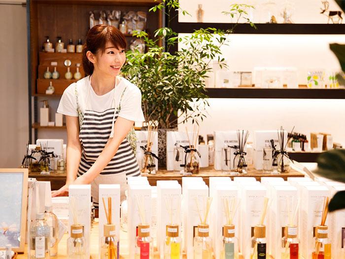 お店で働く女性