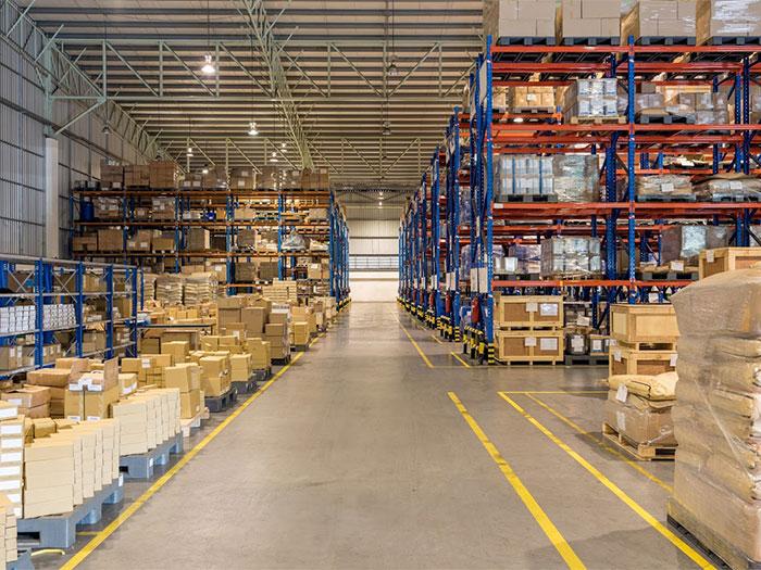 荷物の置かれた倉庫