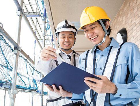 工事現場で働く若い男性と先輩
